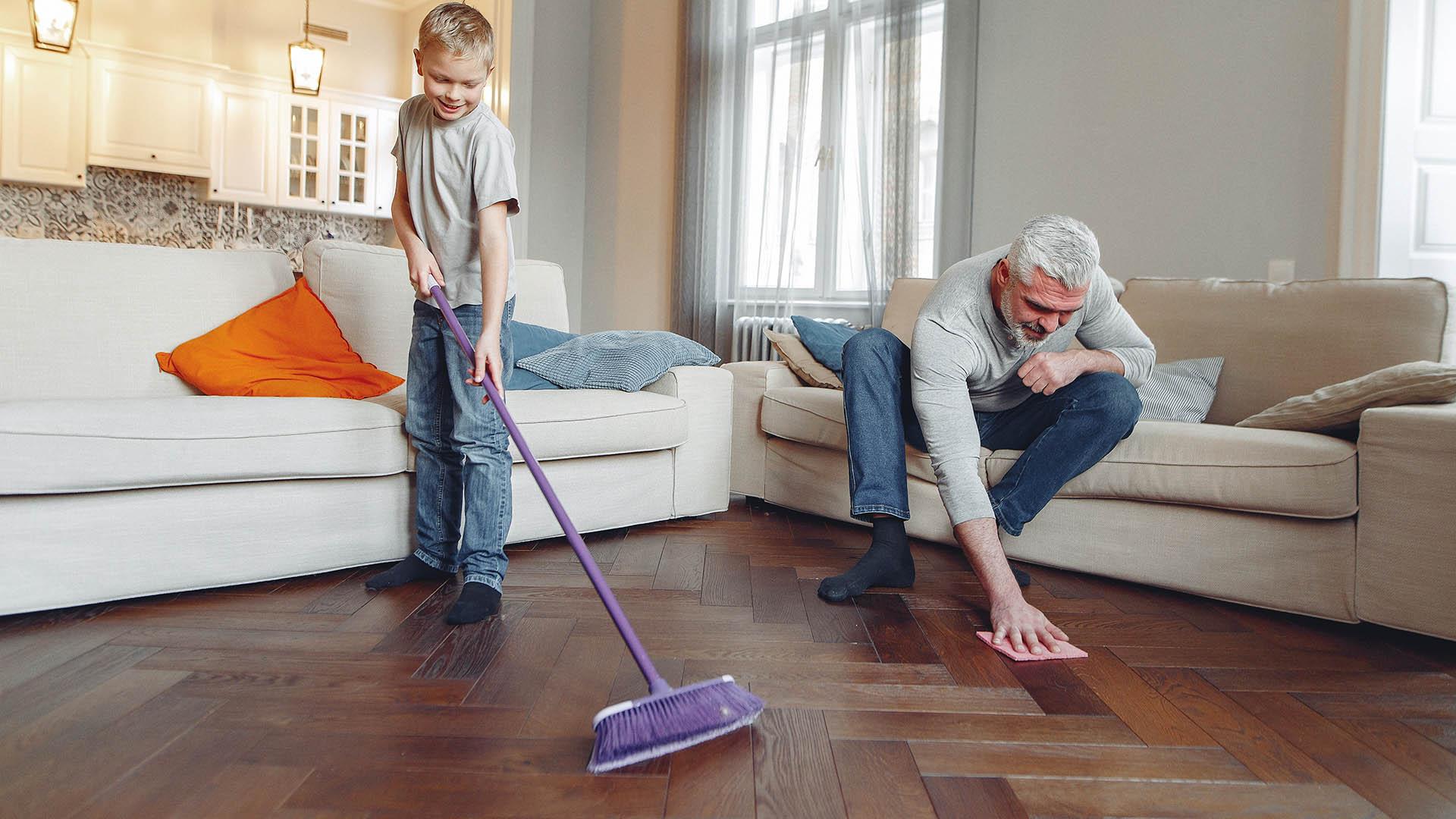 Zimmer Putzen Opa mit Sohn